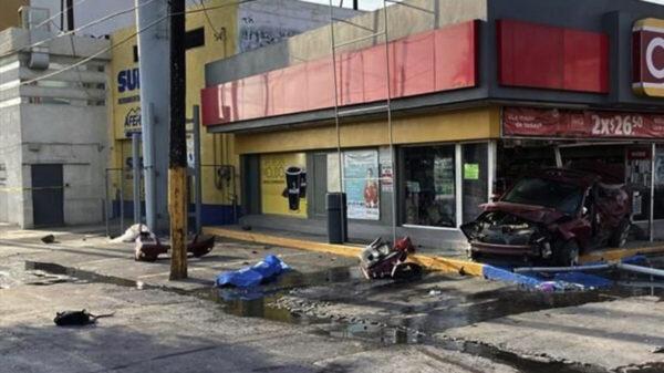 Sujeto mata a dos personas y se estrella en una tienda de conveniencia