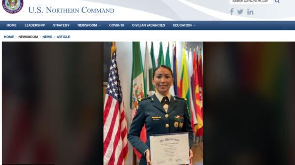 Se gradúa primer mujer oficial de SEDENA en Fuerza Aérea de USA