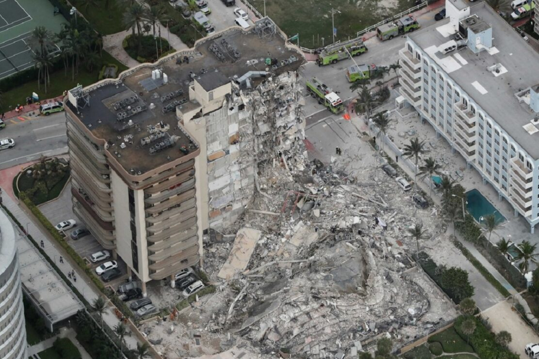 Colapsa edificio de 12 pisos en Florida; hay al menos un muerto