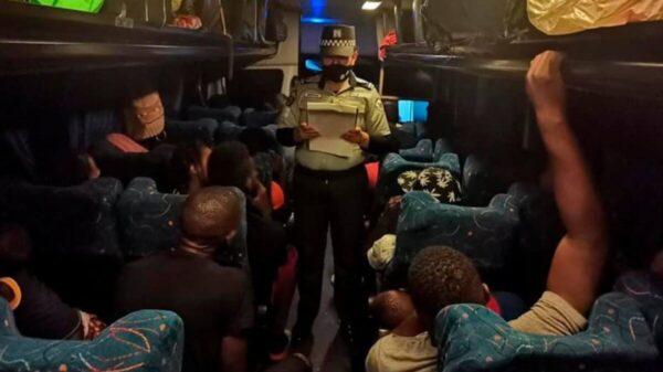 Encuentran a 57 migrantes; viajaban en autobús robado