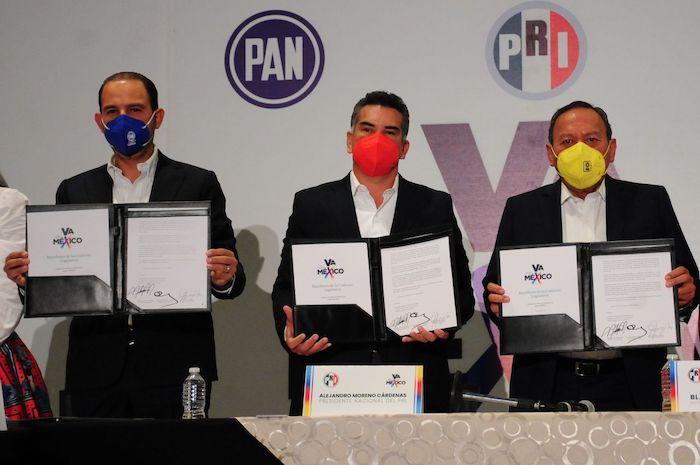 """Los dirigentes nacionales del PRI, PAN y PRD, Alejandro Moreno, Marko Cortés y Jesús Zambrano presumiendo su alianza estilo """"Frankenstein""""."""