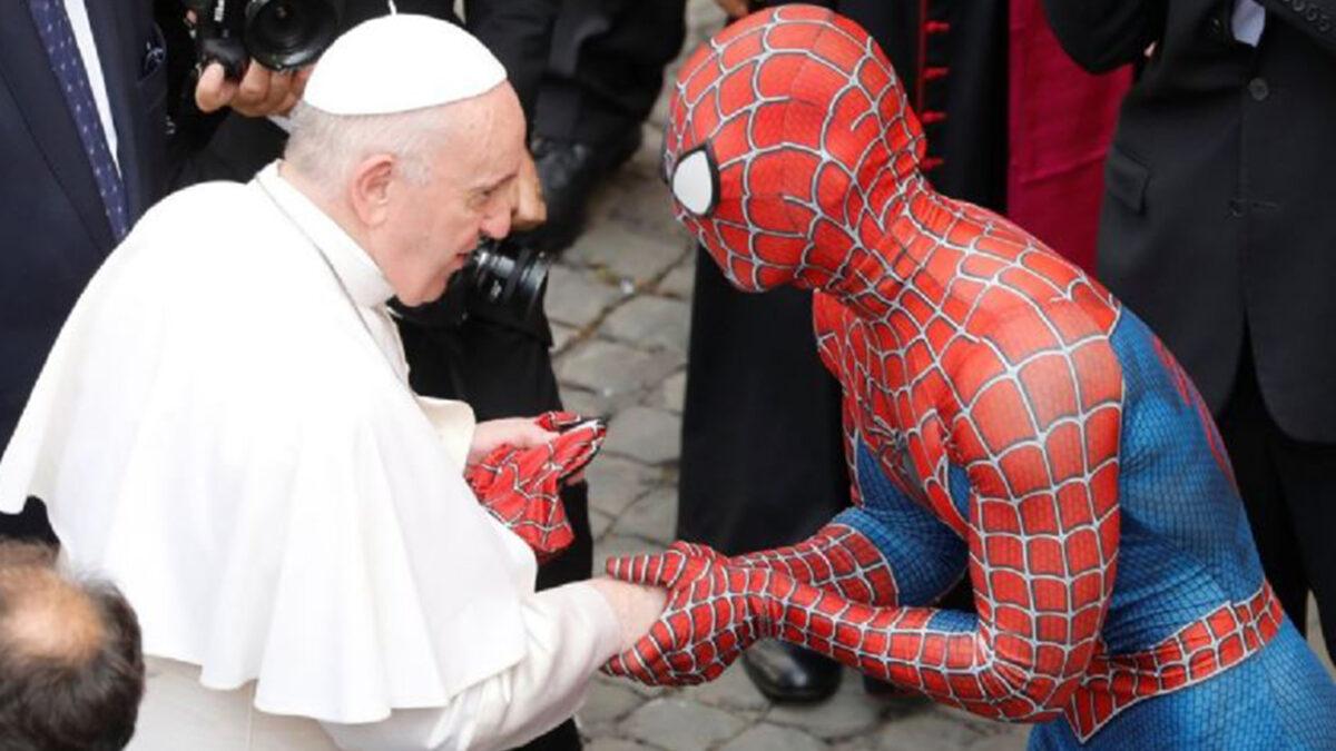 ¡Sorpresa! Spiderman saluda al Papa Francisco en el Vaticano