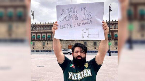 """Yucateco protesta frente al Palacio Nacional """"La torta de cochinita no lleva mayonesa"""""""