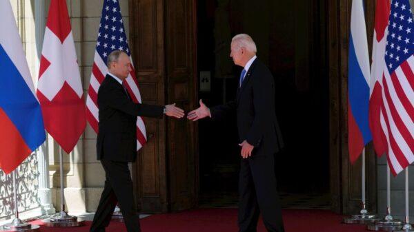 Joe Biden y Vladimir Putin buscan limar tensiones diplomáticas.