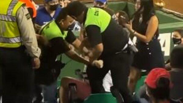 Por no querer usar cubrebocas, sacan a sujeto del estadio Kukulcán Álamo (Video)