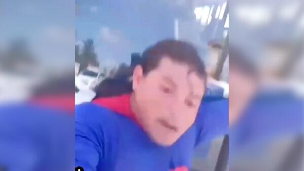 """Supermán """"patito"""" falla en intento de detener camión con una mano"""