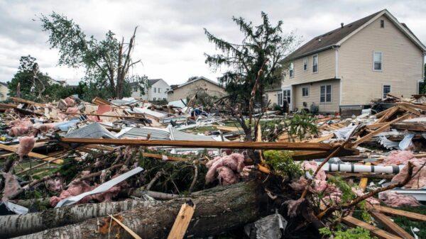 Tornado destruye casas y deja sin electricidad a Chicago