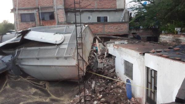 Se descarrila tren y cae sobre cuatro viviendas; hay un muerto