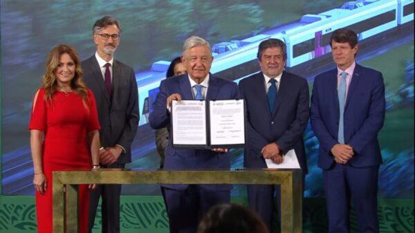 Firman AMLO y empresas contrato para construir vagones del Tren Maya