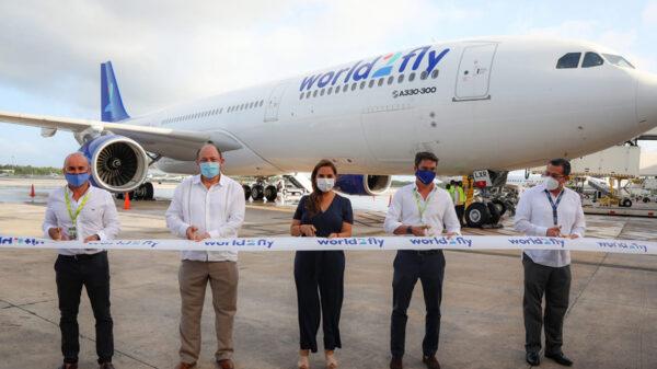 Reciben autoridades nuevo vuelo de Madrid a Cancún