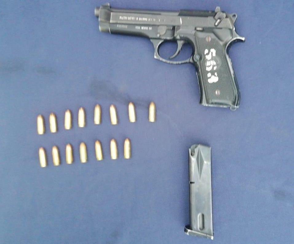 Caen dos pistoleros en la zona costera de Tulum; transitaban en un vehículo y en una revisión les hallaron un arma de grueso calibre..