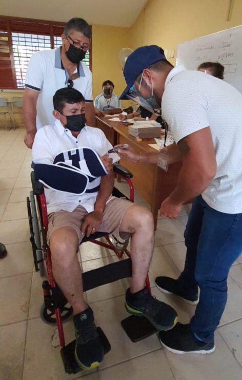 """Aún con las secuelas de su accidente acude a votar 'Chepe' Contreras; el abanderado de """"Va por Quintana Roo"""" acudió en silla de ruedas."""