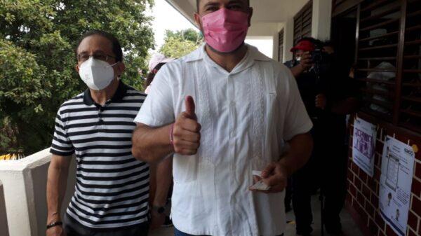 Janix vota y reafirma que sigue en la contienda electoral.