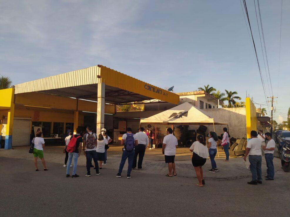 Madrugan votantes en Cozumel; desde las seis de la mañana ya había gente esperando que se abrieran las casillas.
