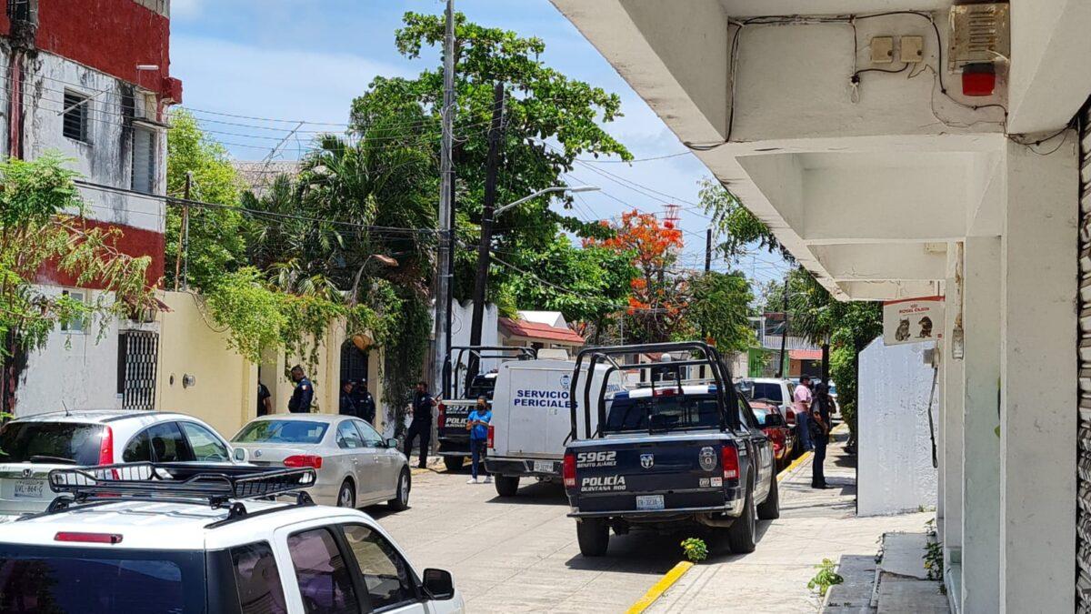 Cancún: Hallan cadáver en un domicilio de la avenida Sunyaxchen (VIDEO); la víctima es una persona joven, quien presenta varias lesiones.