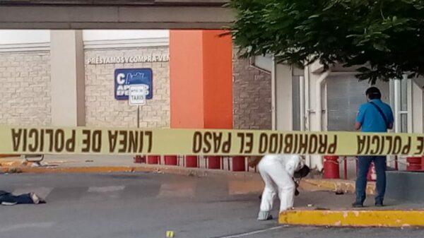Cancún: Asesinan a balazos a un sujeto en estacionamiento de supermercado.