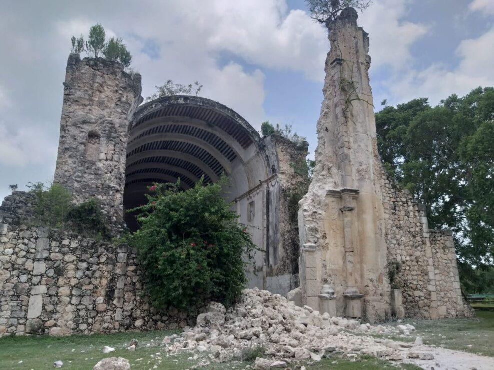 Trabaja el INAH en la reconstrucción de la iglesia de Tihosuco; la semana pasada colapsó parte de la fachada por las lluvias.