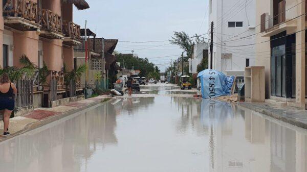 Inundaciones paralizan la actividad turística en Holbox.