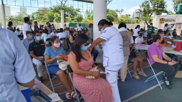 Responden trabajadores turísticos a la vacunación en Cancún.