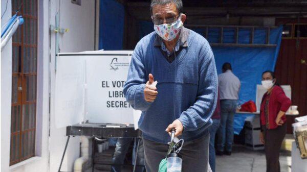 Abuelito sobreviviente de Covid-19 acude a votar con tanque de oxígeno