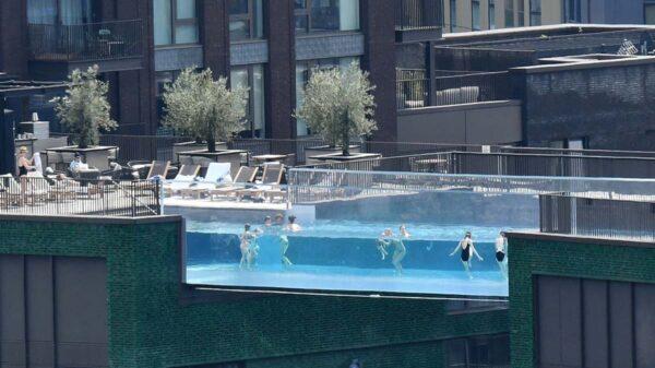 En un lujoso complejo residencial del barrio Nine Elms del suroeste de Londres, se inauguró una piscina transparente y flotante