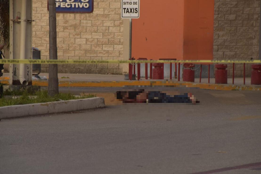 Cancún: Asesinan a balazos a un sujeto en estacionamiento de supermercado; la víctima es un albañil que fue citado en el lugar.