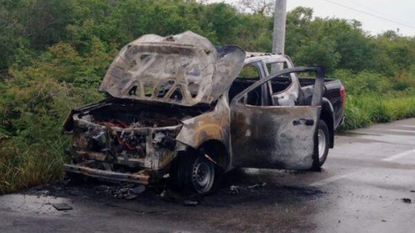 Camioneta se consume en llamas en la vía Mérida-Progreso