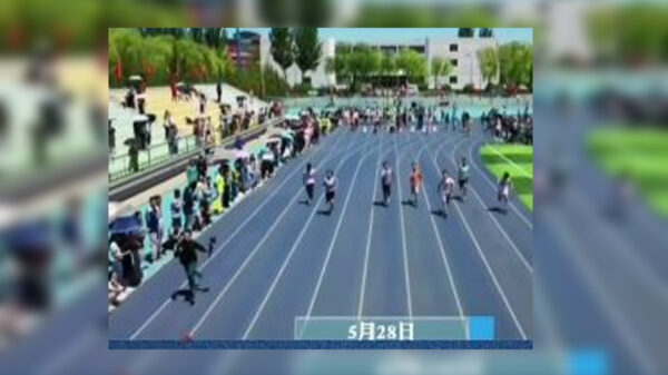 El video de una carrera de atletismo, en donde el ganador fue un camarógrafo que grababa la competencia se viraliza en redes sociales