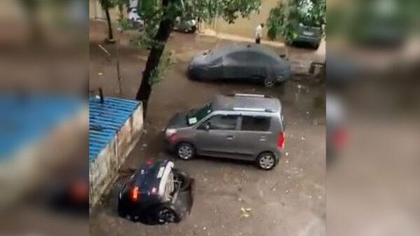 Un grupo de vecinos decidieron tapar un pozo y convertirlo en estacionamiento sin recurrir a profesional y termino tragándose un vehículo