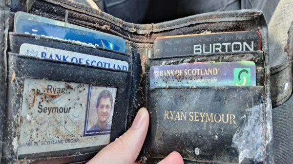 Imagínate que te roban la cartera en un bar y que esta aparezca 20 años después, pereciera un hecho inverosímil, pero un ciudadano británico vivió la experiencia