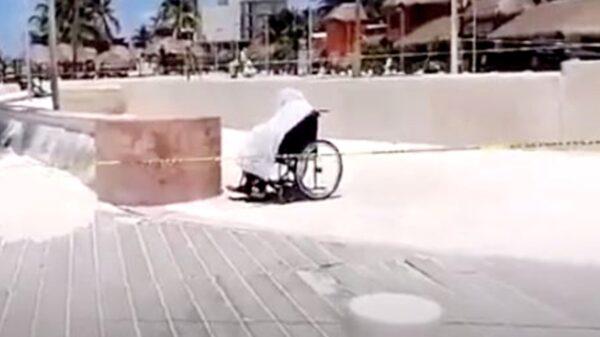 Hombre en silla de ruedas fallece mirando el mar en el Malecón de Progreso