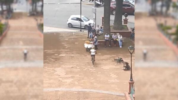 La embestida de un ciclista a un puesto ambulante quedó grabado en video y se populariza en redes sociales