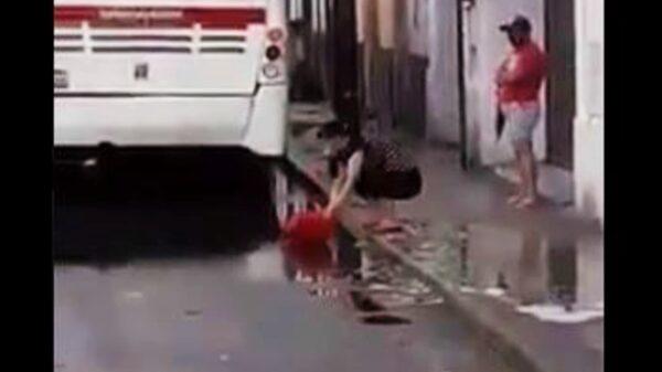 Mérida: Captan a empleada limpiando local de comida china con agua de un charco de la calle
