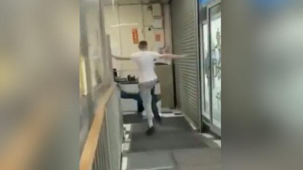 Noqueado término un hombre blanco en una tienda asiática, luego de intentar entrar a la fuerza para realizar actos racistas