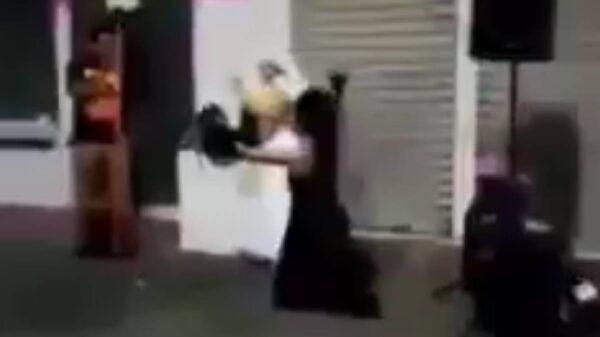 """Video: """"Lucha"""" entre predicadora y joven que celebraba el orgullo gay"""