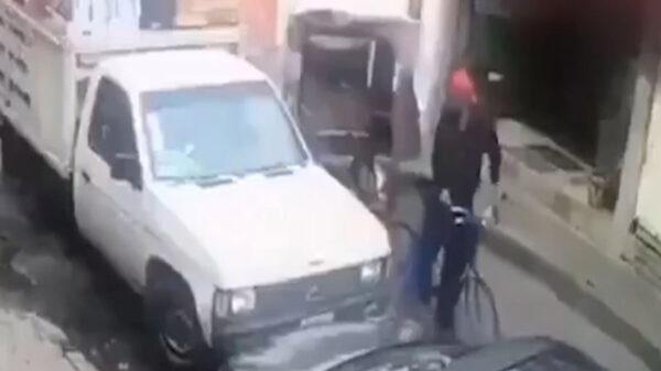 Bicitaxista e cachado mientras robaba las pertenencias de un chofer de carga, quien había dejado abierta la camioneta