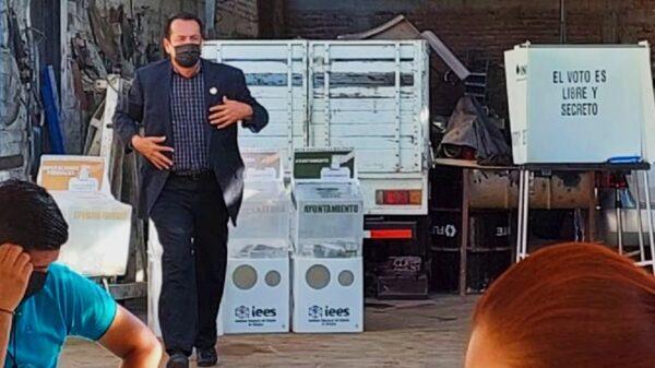 En Sinaloa, candidato a gobernador acudió a emitir su voto portando chaleco antibalas