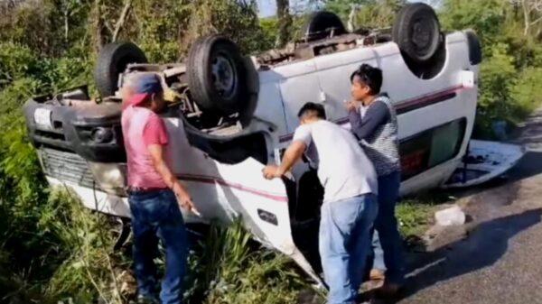Trabajadores salen ilesos de volcadura registrada en la vía Kopomá-Maxcanú