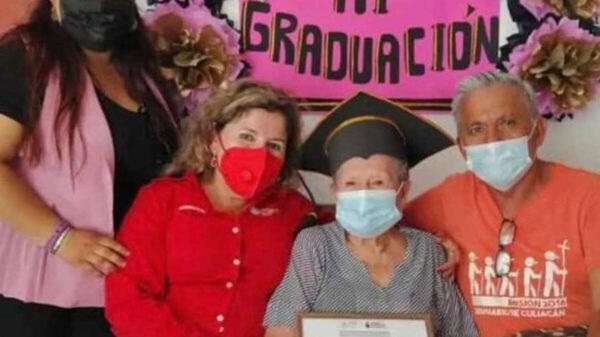 Concluye abuelita de casi 90 años sus estudios de secundaria