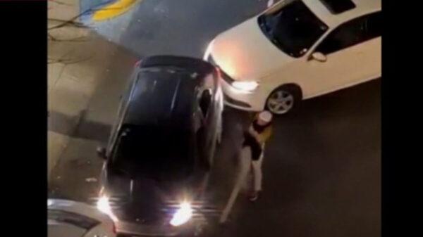 Sujeto causa destrozos a un vehículo, solo porque obstruía la entrada a su casa