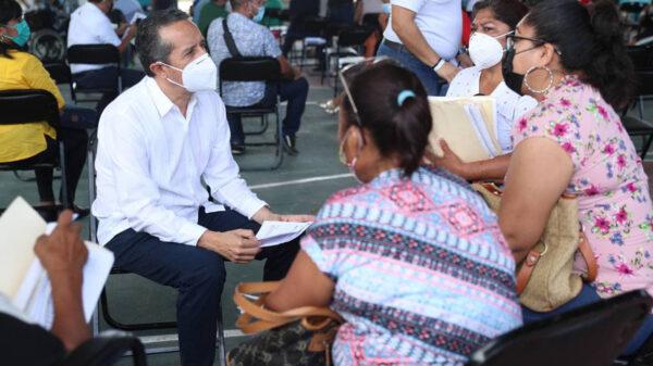 """Carlos Joaquín escuchó y resolvió necesidades de la gente en la audiencia """"Platícale al Gobernador"""", en Chetumal"""