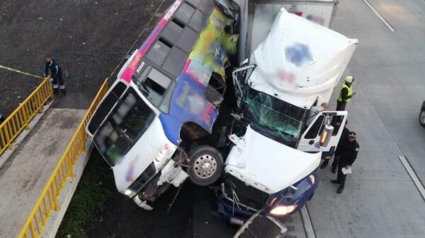Embiste tráiler a camión de pasajero y mueren 4 personas