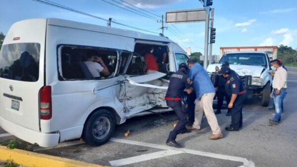 Choca camioneta con una van y deja 5 turistas lesionados