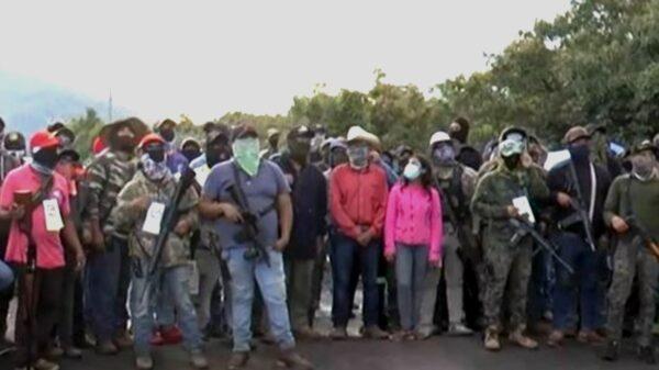 """""""El gobierno no nos ha defendido""""; grupos civiles armados patrullan en 4 municipios de Michoacán"""