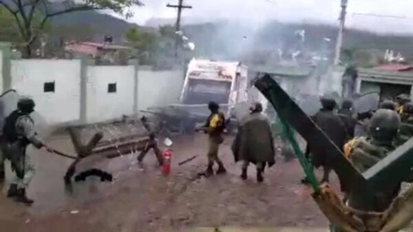 Video: Cuartelazo en Michoacán, pobladores atacan cuartel de Sedena