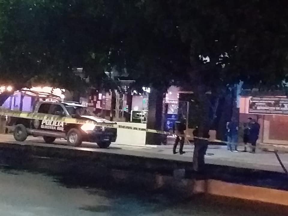 """Ejecutan en un bar a custodio de la cárcel de Cancún; a quemarropa le dispararon cuando convivía en """"Las Micheladas del Tío Toño""""."""