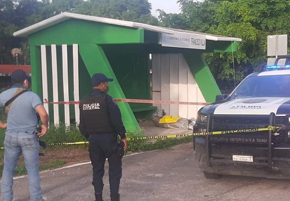 Dejan cadáver embolsado en comunidad del Sur de Quintana Roo; la víctima fue dejada en un paradero y tenía clavado un narcomensaje.