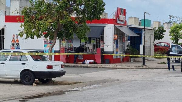 Cancún: Ejecutan a un hombre mientras compraba cervezas en Prado Norte