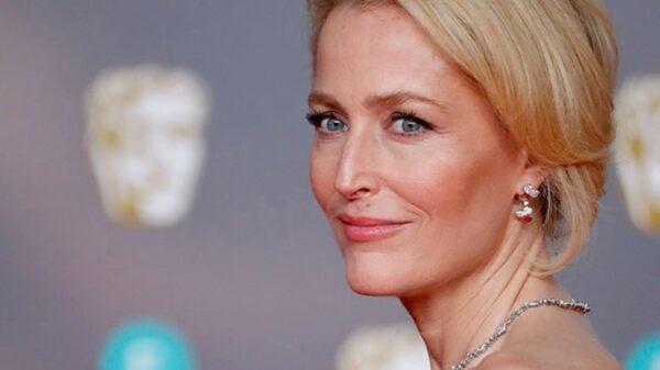 """Gillian Anderson se revela y dice NO a los sujetadores: """"No puedo usar sostén, lo siento"""""""