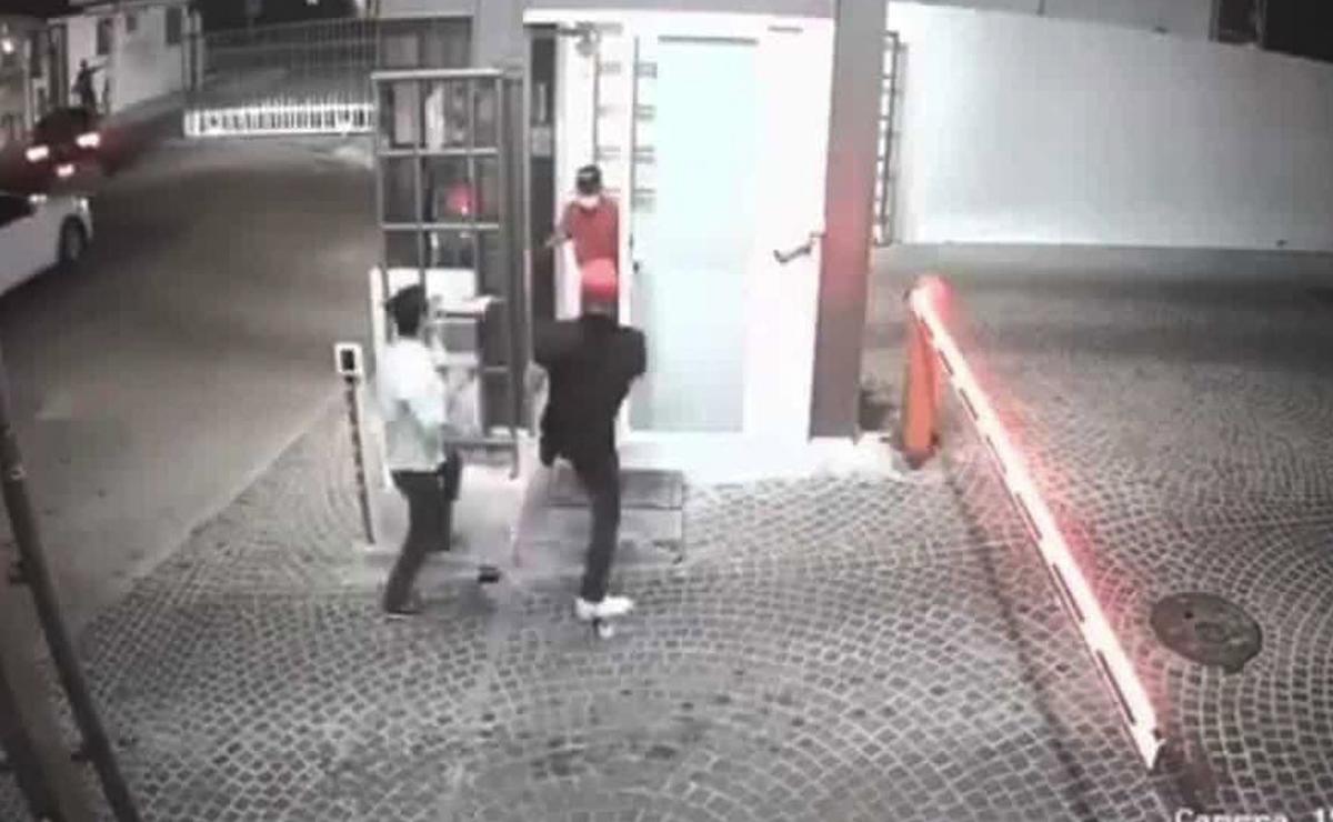 Jóvenes golpean a abuelito, vigilante de fraccionamiento, en Querétaro